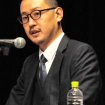 先祖の西郷隆盛について、講演する西郷隆太郎氏=27日、和泊町の和泊中あかね文化ホール