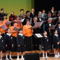 「興そよ島を」を合唱する出演者=28日、奄美市名瀬