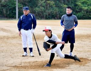 新年の初練習を行った宮山さん(左奥)の野球塾(右が奥間さん)=6日、沖永良部高校グラウンド