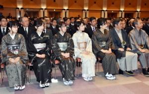 大島紬を着て仕事始め式に出席する県職員=4日、鹿児島市の県庁
