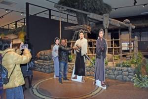 ドラマのセットを再現したコーナーで撮影する来館者=16日、鹿児島市の大河ドラマ館