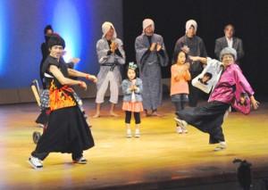 多彩なステージで会場を盛り上げた「新春初笑い シマ芸人芸達者バラエティー」=3日、徳之島町文化会館