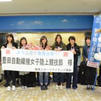 初の奄美合宿で来島した豊田自動織機女子陸上競技部のスタッフと選手=29日、奄美空港