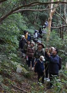登山道沿いの植物の観察を楽しんだ参加者=2日、湯湾岳