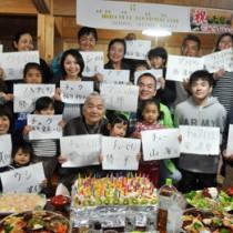 千代さん(前列中央)の91歳の誕生日に集まった親戚一同=24日、与論町