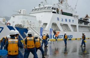 陸上からロープを渡して船内の要救助者を搬送した巡視船あまぎの年頭訓練=8日、名瀬港観光船バース