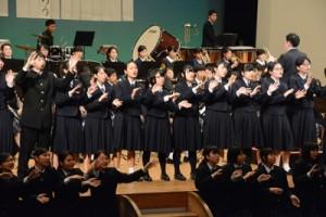 参加者全員で歌ったフィナーレの全体合唱=18日、奄美市の文化センター