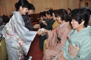 新春の茶を楽しむ参加者=14日、奄美市名瀬