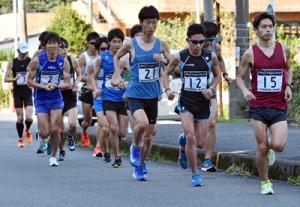 40キロ走に汗を流す選手たち=15日、奄美市名瀬西仲勝