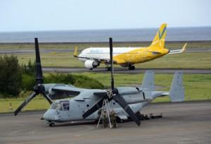 奄美空港に緊急着陸して修理を行うオスプレイ=2017年6月11日、奄美市笠利町