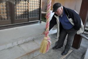 さい銭箱がなくなった天城町高千穂神社の向拝所=12日、天城町平土野