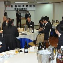 出席者一人一人が経済振興策を活発に語り合った新春経済懇談会=2日、奄美市名瀬