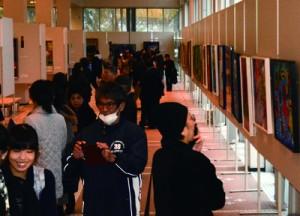 力作764点が展示されている奄美市美展会場=11日、奄美文化センター
