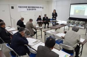 講師3人が先進地事例を紹介した説明会=8日、奄美市住用町