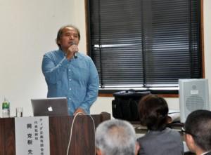 海洋生物の保全と活用をテーマに講演する興克樹さん(左)=26日、奄美市名瀬の奄美会館