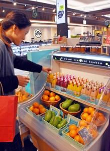 リニューアルした店舗で奄美産の果物を販売している奄美きょら海工房鹿児島店=2日、鹿児島市の鹿児島中央駅