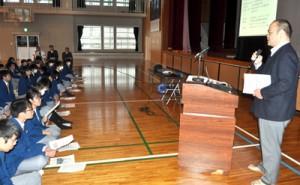 沖洲会の役割や魅力を生徒たちに語った松元さん(右)=15日、沖永良部高校