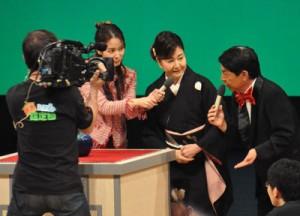 奄美市で行われた「出張!なんでも鑑定団」の公開録画=12日、奄美文化センター