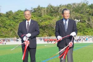 テープカットで落成を祝う川淵三郎氏(右)と山元宗町長=18日、同町(提供写真)
