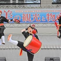 琉球國祭り太鼓のステージ(左)。タンカンの加工品も人気を集めた物産ブース=3日、福岡市