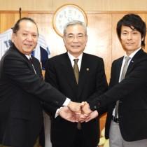 2協定を締結した浜野代表取締役(写真右)と福山校長(同左)=28日、奄美市役所