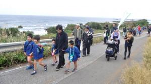 海岸沿いのトレイルコースを歩く参加者=2日、和泊町