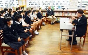 対馬丸事件の悲惨さを児童たちに伝える大島さん(写真右)=10日、田検小