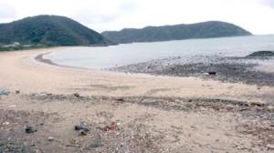 油状の漂着物が見つかった朝仁海岸=1日、奄美市名瀬