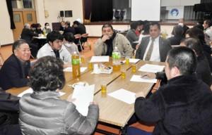 住用地域の課題について語り合う「青壮年団とムンバナシ」の参加者=13日、住用公民館