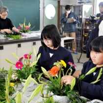 フラワーアレンジメントを通して地元産の花の魅力などを学んだ体験教室=9日、和泊町の大城小学校