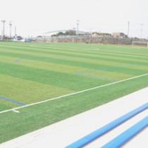人工芝のサッカー場やクラブハウス(写真奥の建物)を完備した多目的運動広場=20日、与論町