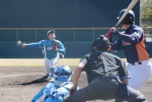 熱戦を繰り広げた大和高田クラブ―JX―ENEOSの交流戦=18日、名瀬運動公園 市民球場