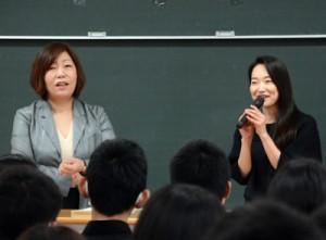 出張授業で自己紹介する(左から)林真理子さんと里アンナさん=23日、金久中