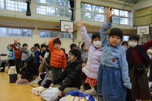 横断歩道の渡り方を練習する児童ら=11日、朝日小学校体育館