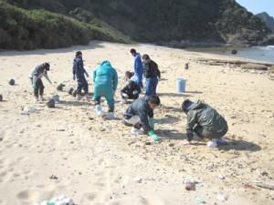 手作業で油の除去作業を行う参加者=14日、瀬戸内町与路島