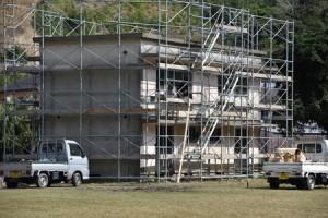 ノネコの一時収容施設への改修が進む旧県立大島工業高校の職員住宅=19日、奄美市名瀬