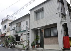 昨年12月に開業したゲストハウス(手前)=瀬戸内町古仁屋
