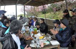 ボランティア清掃後に花見を楽しむあすなろ会のメンバーら=4日、徳之島町亀津