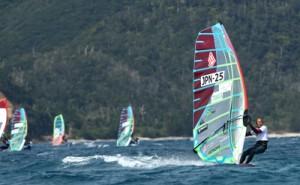 プロ・アマ約70人が競うウインドサーフィンの国内大会「TSUKASA JAPAN CUP2018」の初日(23日、龍郷町の倉崎海岸、撮影・播本明彦)