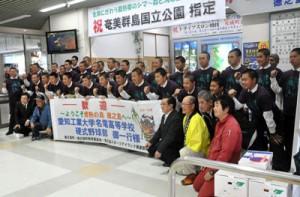 春季キャンプのため徳之島入りした愛工大名電野球部の部員ら=23日、徳之島空港