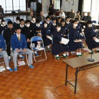 卒業を迎える集落の小中高校生を地域住民が祝福、激励した送る会=17日、和泊町