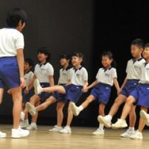 島唄・島ムニ大会で寸劇を披露する知名小3年生=25日、知名町