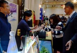 黒糖焼酎の試飲ブースで飲み比べを楽しむ参加者=23日、奄美市名瀬