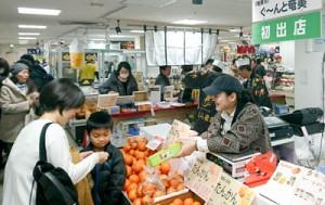 色鮮やかな旬のタンカンが顧客の人気を集めた売り場=10日、東武百貨店船橋店