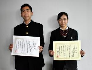 グランプリに輝いた(右から)成瀬さんと優良賞に選ばれた樋口さん=1日、鹿児島市
