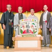 来賓と共に鏡開きに臨む泉二社長(右から3人目)=1月27日、東京・帝国ホテル