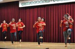 子どもらが日頃の練習成果を披露した芸能発表会=11日、和泊町防災拠点やすらぎ館