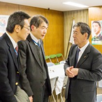 漂着油対策を訴える金子万寿夫議員(右)=21日、自民党本