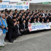 春季キャンプのため徳之島入りした上武大学硬式野球部の部員ら=12日、徳之島町亀徳新港