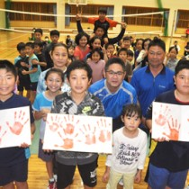 卒業を祝い、6年生の親子を対象に行われた田皆小伝統の手形記念式=16日、田皆中学校体育館